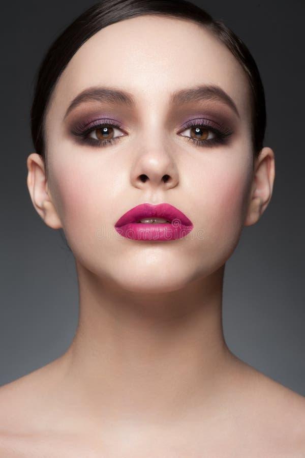 Mujer con maquillaje de la moda imagen de archivo libre de regalías