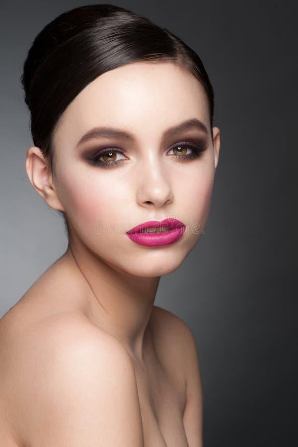 Mujer con maquillaje de la moda foto de archivo