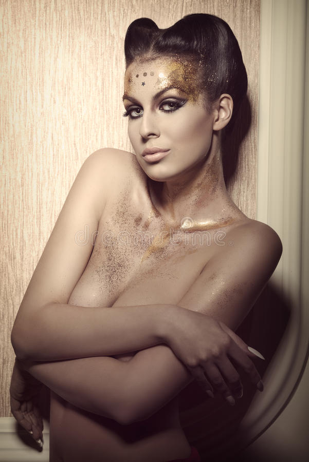 Mujer con maquillaje de oro de lujo fotos de archivo libres de regalías
