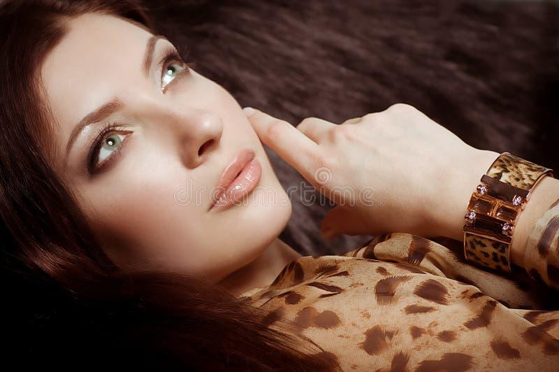 Mujer con maquillaje en joyería de lujo fotografía de archivo