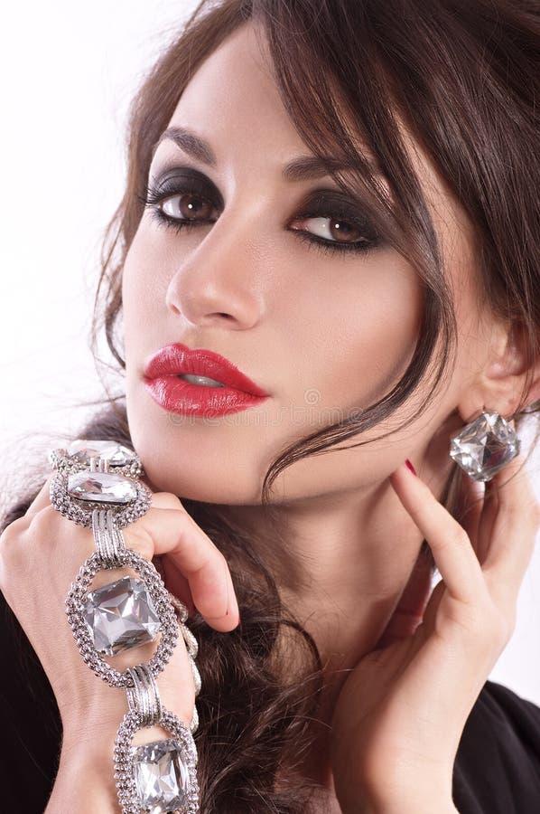 Mujer con maquillaje en joyería de lujo fotografía de archivo libre de regalías