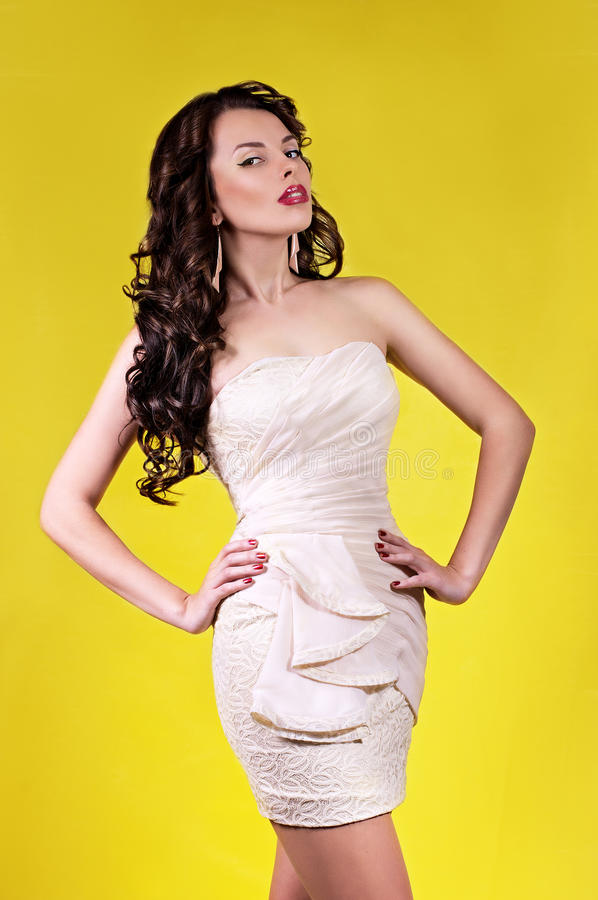 Mujer con maquillaje en ropa de la moda imagen de archivo