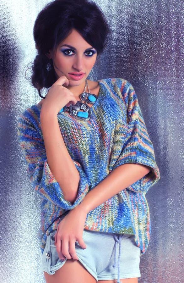 Mujer con maquillaje en ropa de la moda fotos de archivo