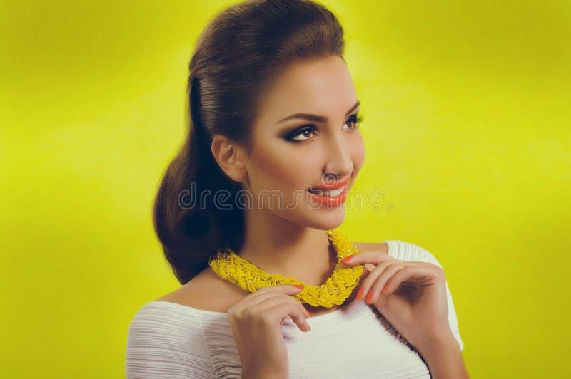 Mujer con maquillaje en ropa de la moda imagen de archivo libre de regalías