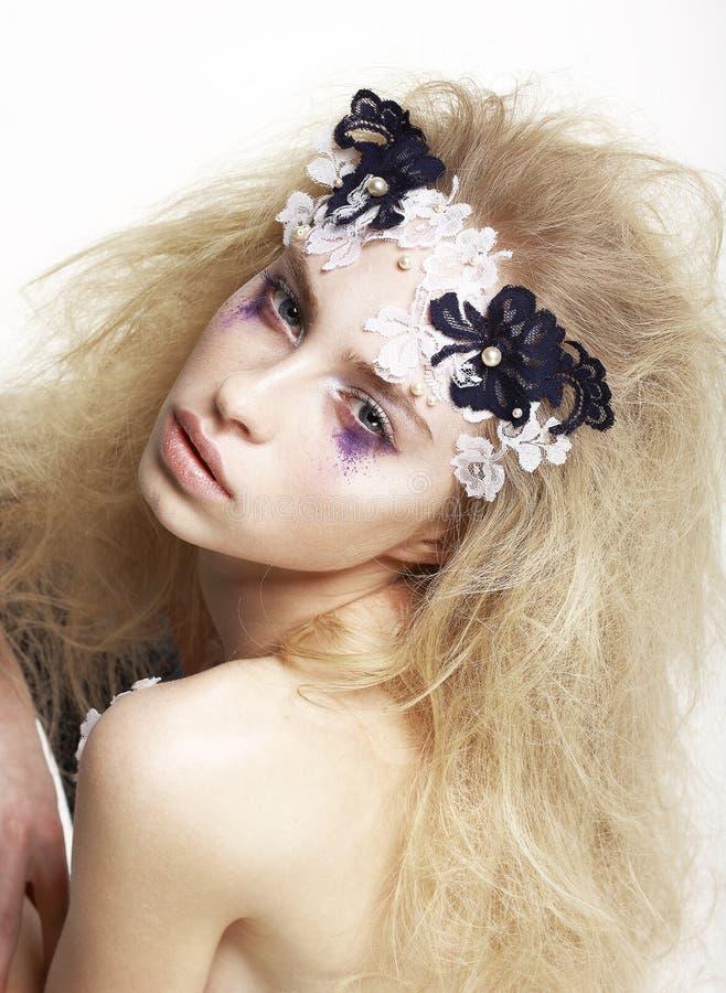 Mujer con maquillaje futurista brillante imagenes de archivo