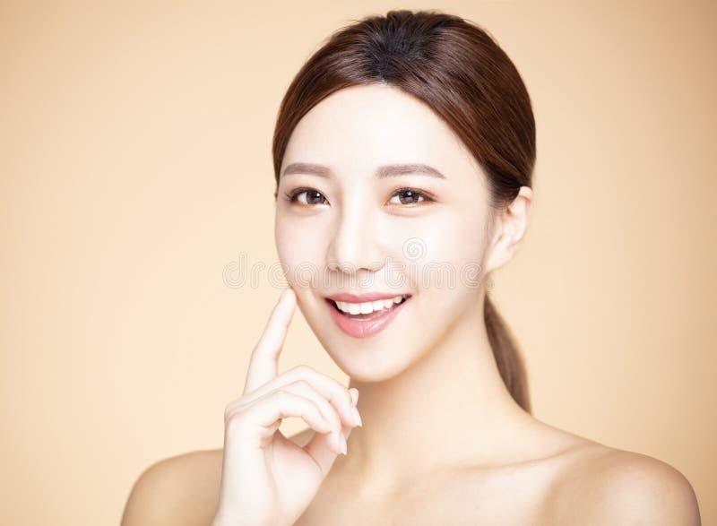 mujer con maquillaje natural y piel limpia imagen de archivo libre de regalías
