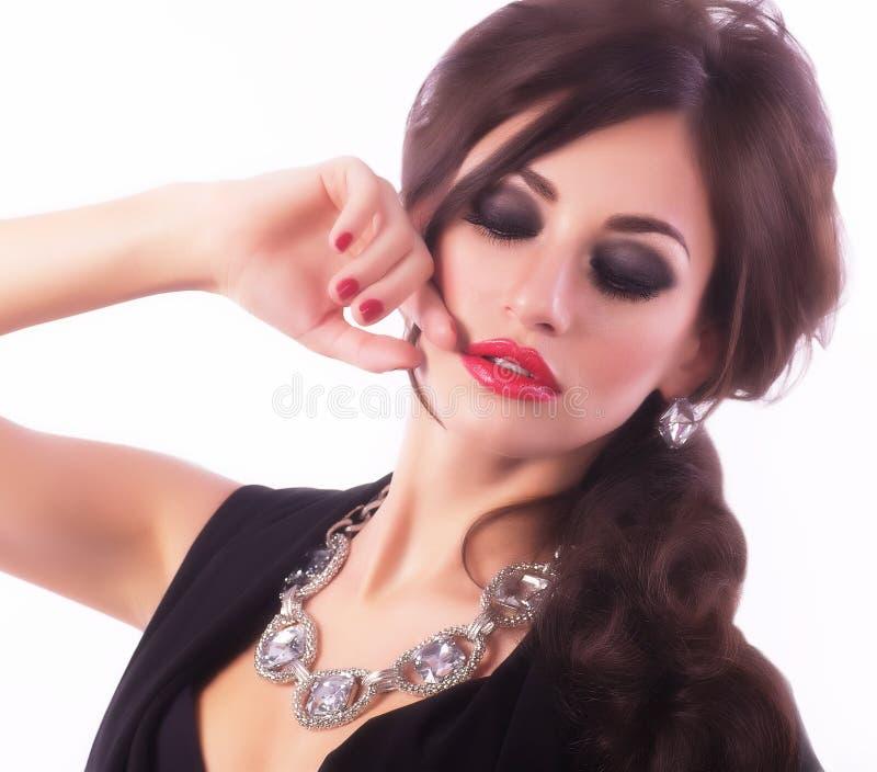 Mujer con maquillaje y decoraciones preciosas imagen de archivo libre de regalías