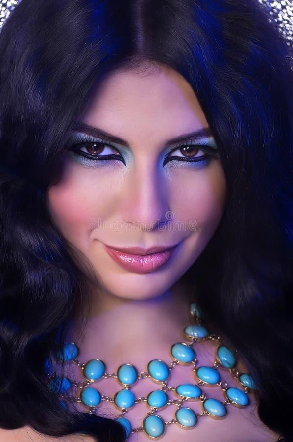 Mujer con maquillaje y decoraciones preciosas imagen de archivo