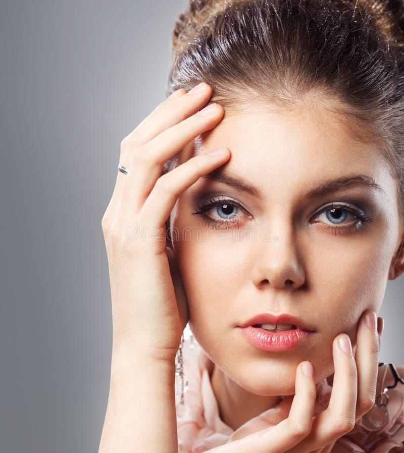 Mujer con maquillaje y el peinado elegantes imagen de archivo libre de regalías