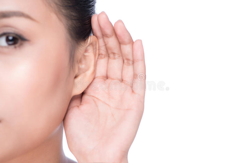 Mujer con pérdida de oído o duro de la audiencia fotos de archivo