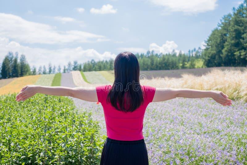 Mujer con paisaje hermoso fotos de archivo libres de regalías