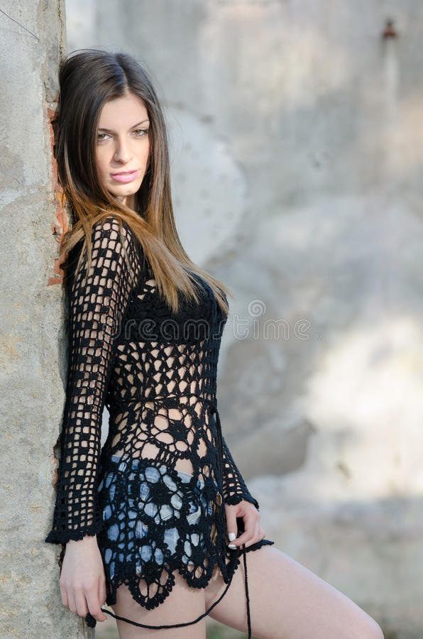 Mujer con pantalones cortos largos del sujetador y de la mezclilla del negro de la camisa de la malla del pelo que llevan recto fotos de archivo libres de regalías
