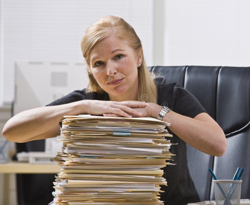 Mujer con papeleo foto de archivo