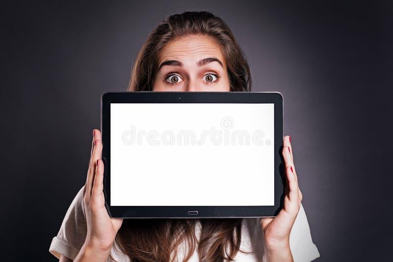 Mujer con PC de la tablilla fotografía de archivo libre de regalías