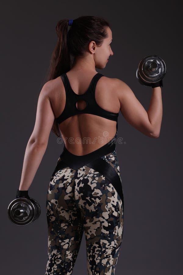 Mujer con pesas de gimnasia foto de archivo libre de regalías