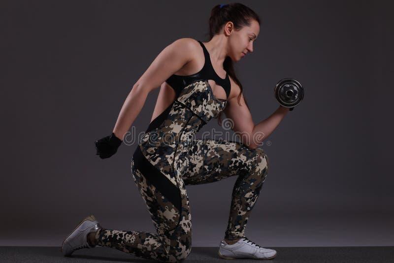 Mujer con pesas de gimnasia fotos de archivo