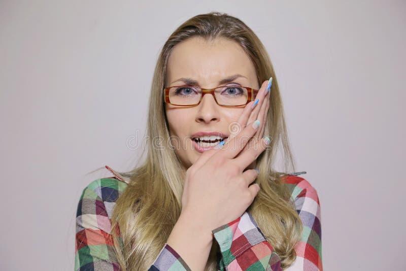 Mujer con problema del diente imagenes de archivo