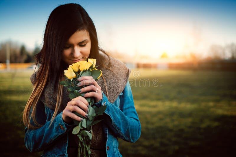 Mujer con Rose amarilla imagenes de archivo