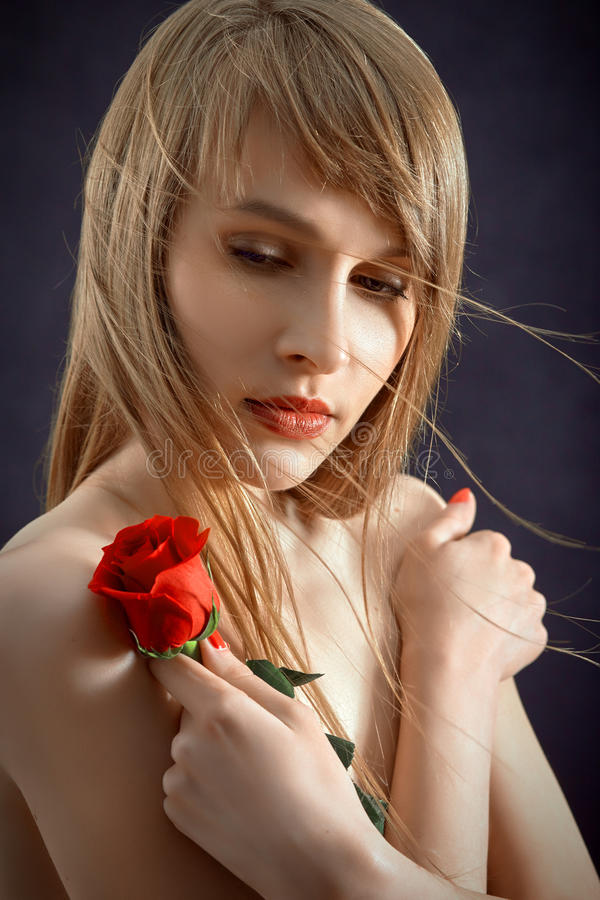 Mujer con Rose roja fotografía de archivo