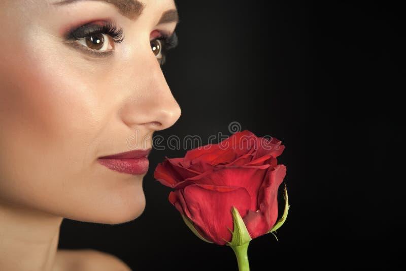 Mujer con Rose roja Belleza con la flor Belleza sensual Oferta como flor Skincare y tratamiento del balneario Rose roja imagenes de archivo