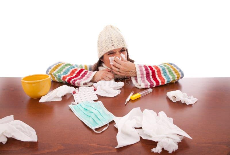 Mujer con síntomas de la gripe fotografía de archivo