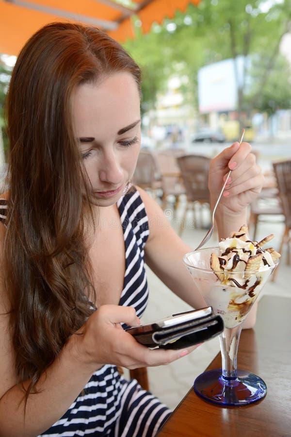 Download Mujer con smartphone foto de archivo. Imagen de cellphone - 44856868