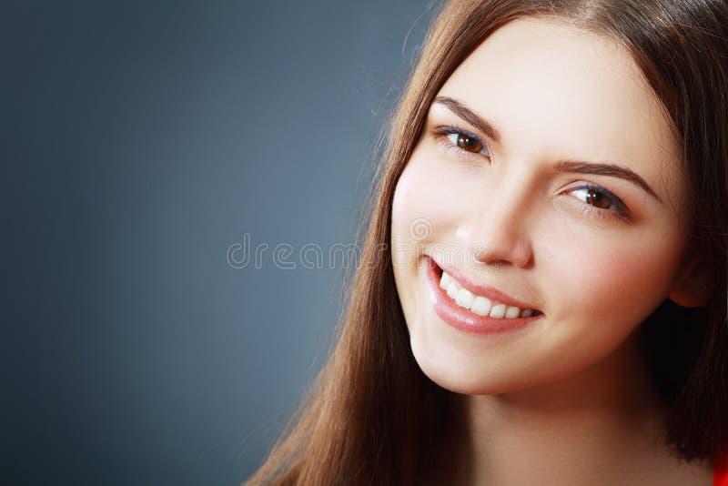 Mujer con sonrisa hermosa imagen de archivo