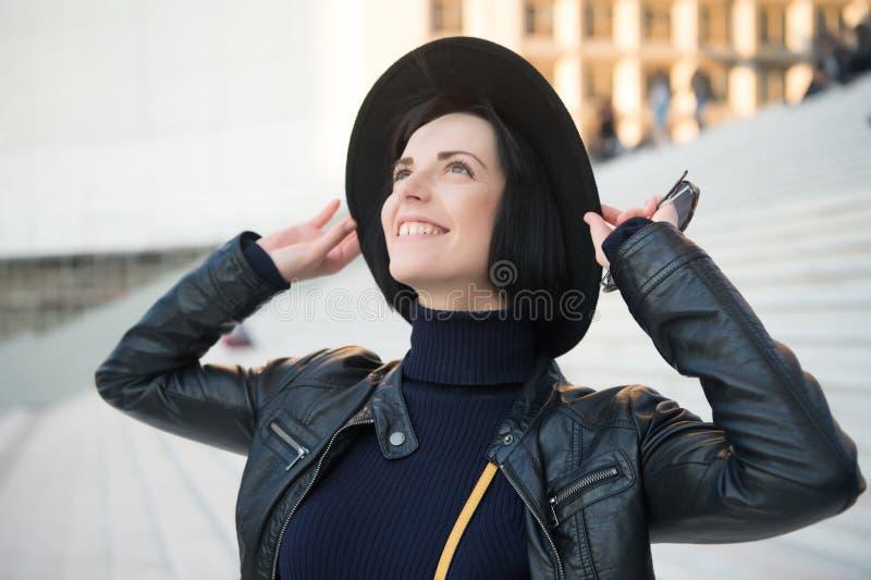 Mujer con sonrisa morena del pelo en sombrero negro fotografía de archivo libre de regalías