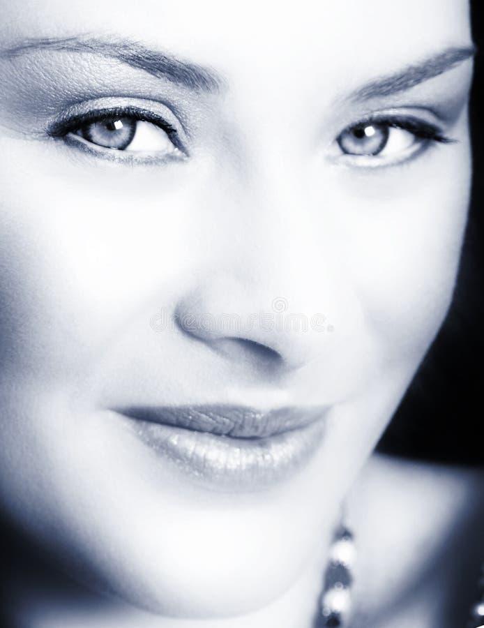 Mujer con sonrisa suave imagenes de archivo