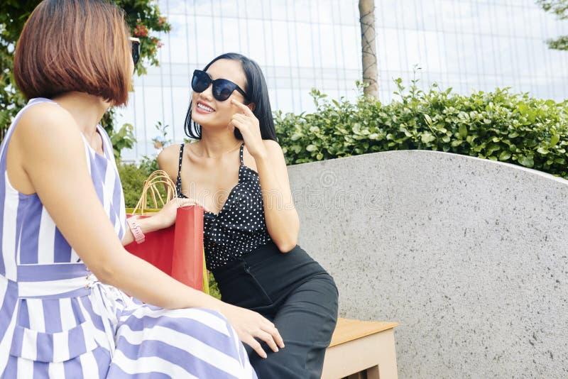 Mujer con su amigo al aire libre imagenes de archivo