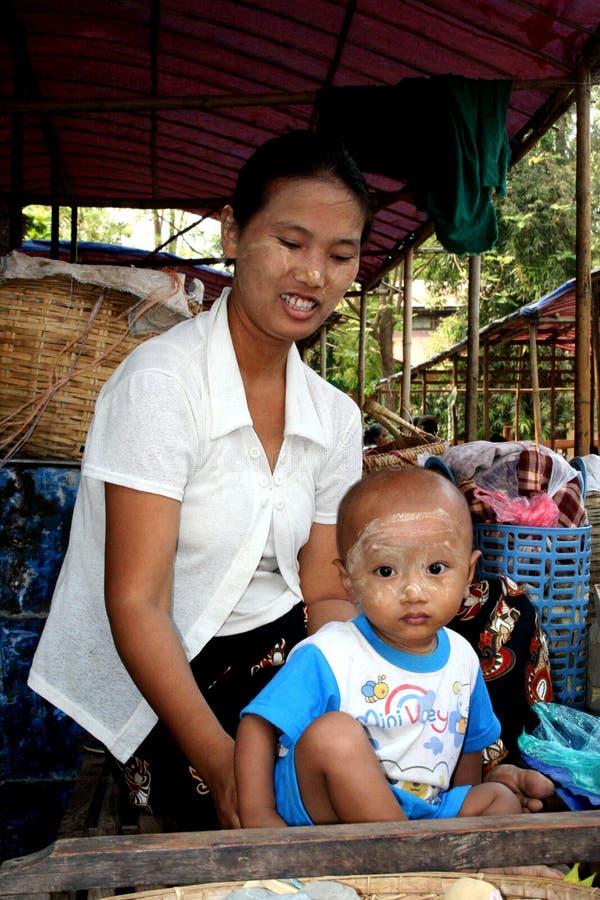 Mujer con su bebé fotos de archivo libres de regalías