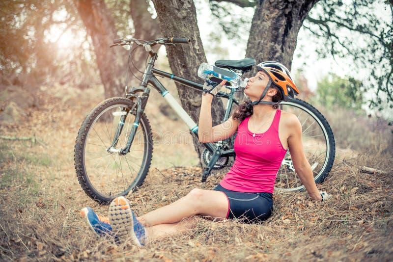 Mujer con su bici de montaña imagen de archivo