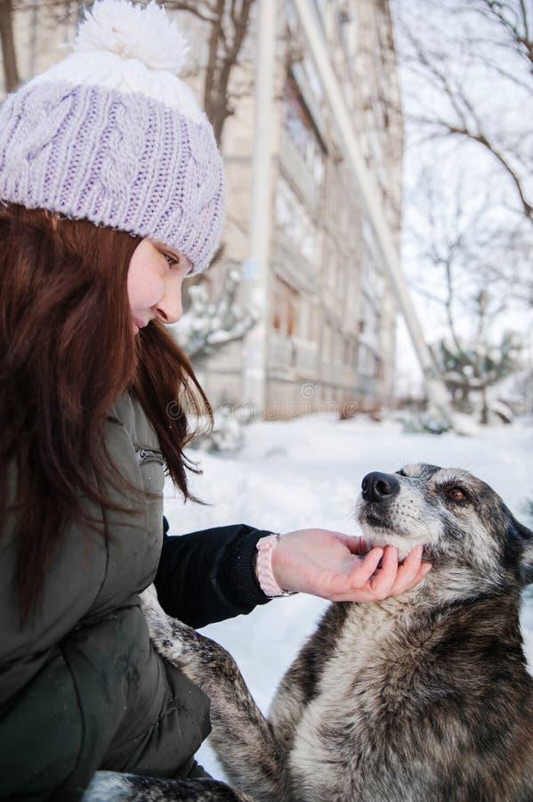 Mujer con su perro al aire libre imágenes de archivo libres de regalías