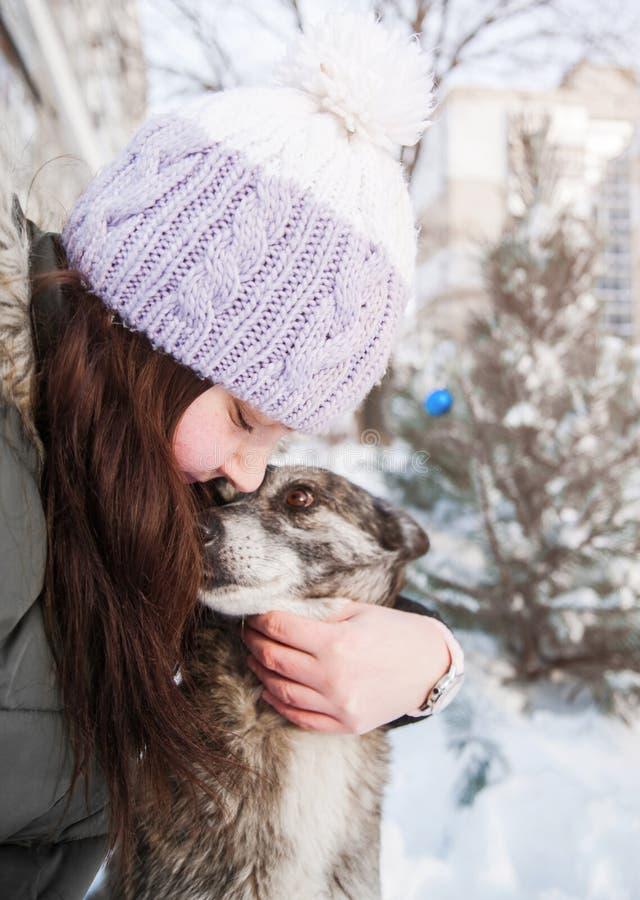 Mujer con su perro al aire libre imagen de archivo libre de regalías