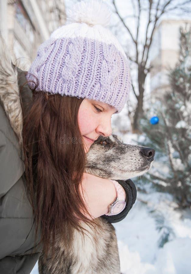 Mujer con su perro al aire libre fotografía de archivo libre de regalías