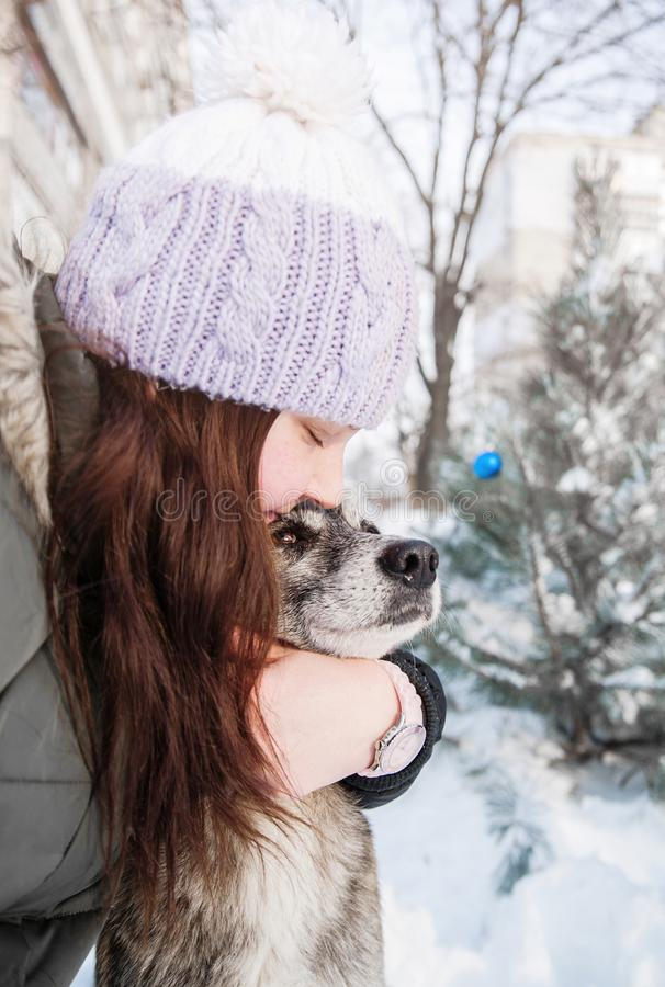 Mujer con su perro al aire libre imagenes de archivo