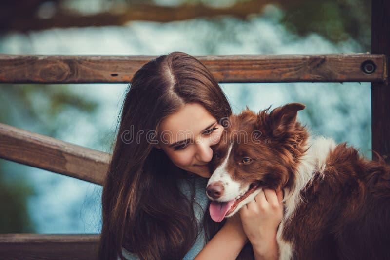 Mujer con su perro hermoso foto de archivo libre de regalías
