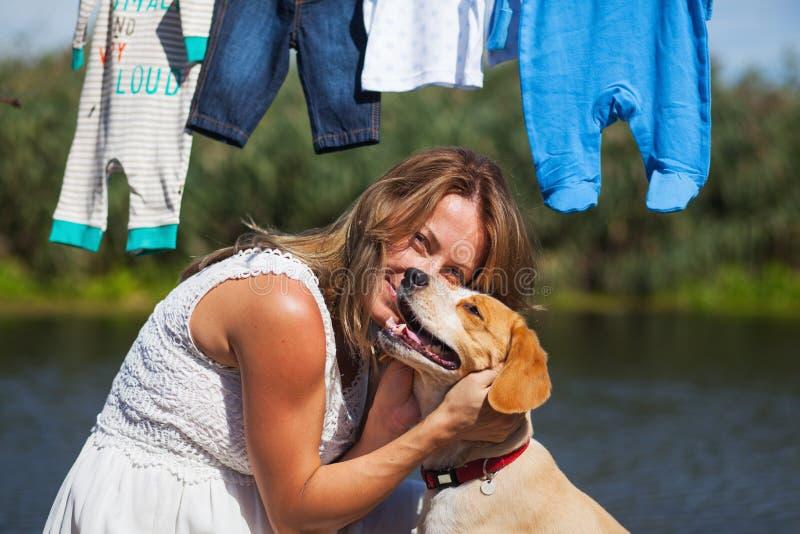 Mujer con su perro lindo y juguetón imagen de archivo libre de regalías