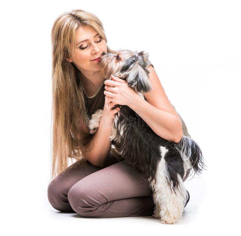 Mujer con su perro Yorkshire Terrier imagenes de archivo