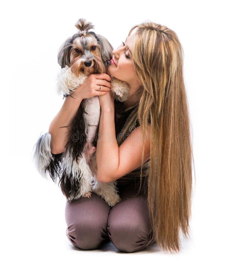 Mujer con su perro Yorkshire Terrier fotos de archivo libres de regalías
