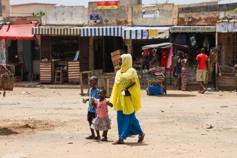 Mujer con sus niños en Dakar, Senegal imagen de archivo libre de regalías