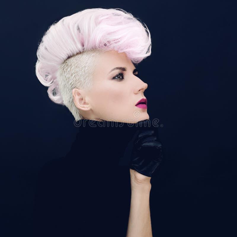 Mujer con tendencia coloreada peinado de moda del pelo foto de archivo libre de regalías