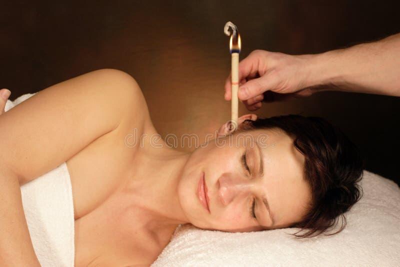 Mujer con terapia de la vela del oído fotografía de archivo libre de regalías