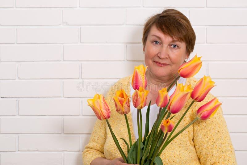 Mujer con tulipanes imagen de archivo