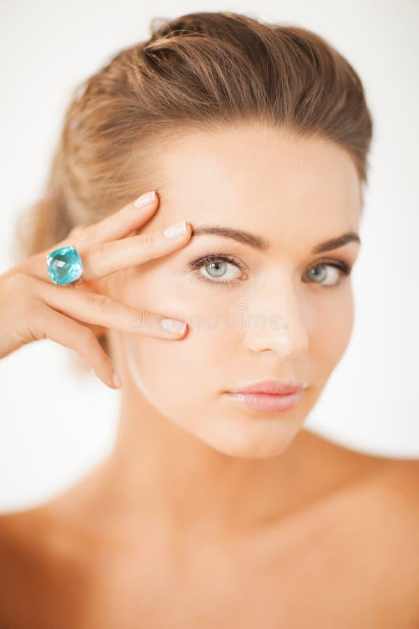 Mujer con un anillo de la joyería fotos de archivo