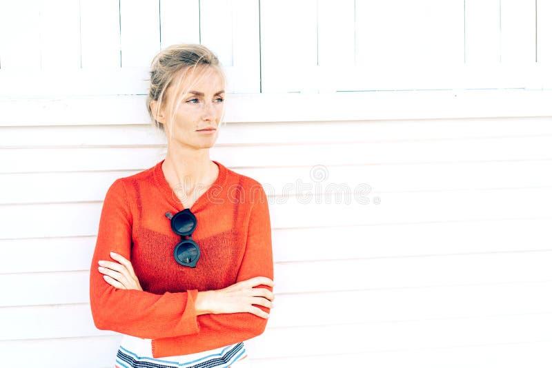 Mujer con un aspecto escandinavo en la pared blanca fotografía de archivo