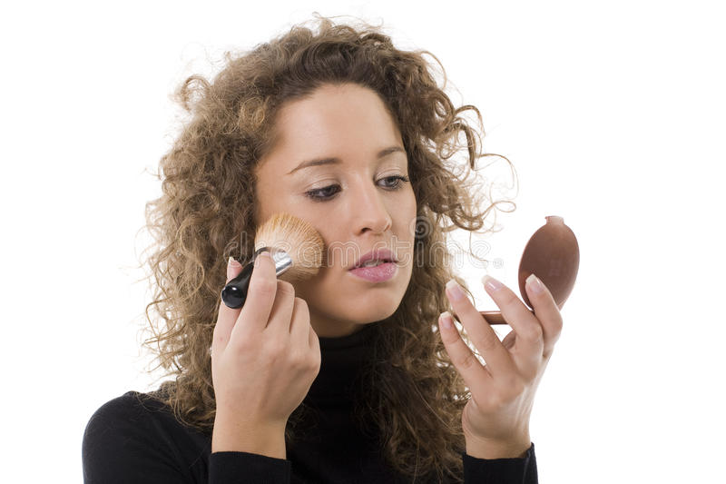 Mujer con un cepillo del maquillaje imagen de archivo