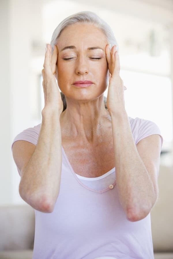 Mujer con un dolor de cabeza imagen de archivo libre de regalías