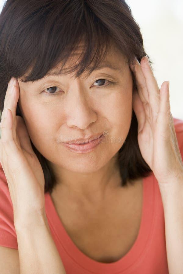 Mujer con un dolor de cabeza foto de archivo