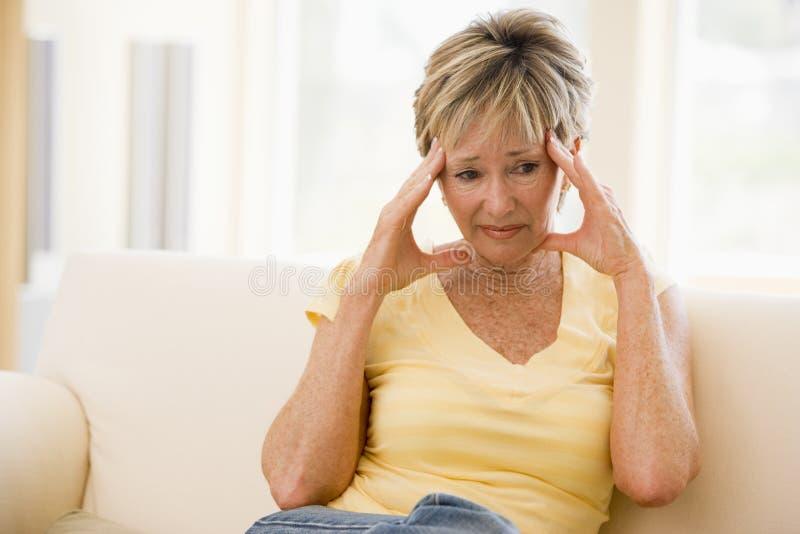 Mujer con un dolor de cabeza fotos de archivo libres de regalías